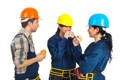 Équipe des ouvriers mangeant des sandwichs Photos libres de droits