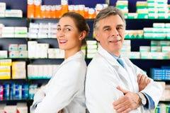 Équipe des pharmaciens dans la pharmacie image libre de droits