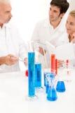 Équipe des scientifiques dans le laboratoire - recherche Photos libres de droits