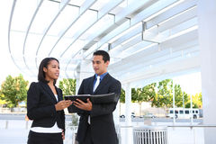 Équipe diverse d'affaires à l'immeuble de bureaux Image libre de droits