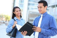 Équipe diverse d'affaires à l'immeuble de bureaux Photo libre de droits