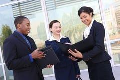 Équipe diverse d'affaires à l'immeuble de bureaux images stock