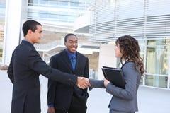 Équipe diverse d'affaires se serrant la main Images libres de droits