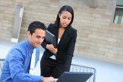Équipe diverse d'affaires sur l'ordinateur portatif Images libres de droits