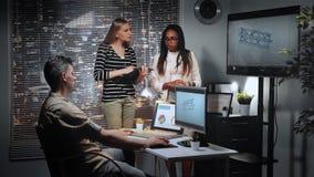 Équipe diverse d'ingénieurs discutant avec le concepteur 3D le modèle de soutenir le composant de pont dans le bureau banque de vidéos