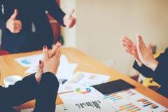 Équipe Doing Business de travail d'équipe comme unité de réunions de Team Corporate Photo stock
