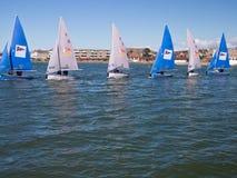 Équipe emballant des bateaux à voile, Angleterre Photo stock