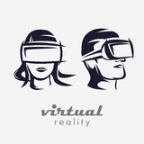 Équipe et la tête de la femme dans l'icône en verre de VR, Photos stock