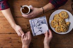 Équipe et les mains de la femme Photo noire et blanche Couples Thé et biscuits Photographie stock