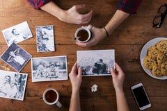 Équipe et les mains de la femme Photos noires et blanches Couples Thé, biscuits, téléphone Photo stock