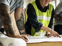 Équipe et modèle de construction sur le site images libres de droits
