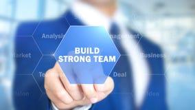 Équipe forte de construction, homme travaillant à l'interface olographe, écran visuel Photo stock
