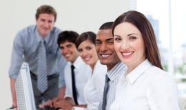 Équipe gaie d'affaires travaillant à l'ordinateur Photos stock