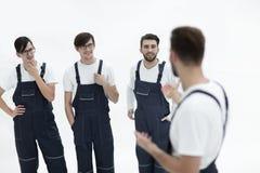 Équipe gaie de moteurs responsables et de leur chef de sourire Photos stock