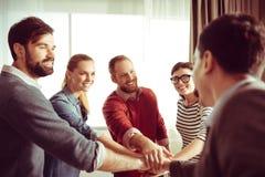 Équipe gaie positive se tenant en cercle Photographie stock