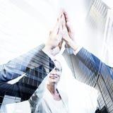 Équipe hauts cinq, double exposition d'affaires avec l'arc moderne de finances photographie stock