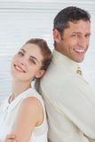 Équipe heureuse attirante d'affaires posant de nouveau au dos Photo stock