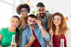 Équipe heureuse ayant l'amusement à la fête au bureau Photos libres de droits