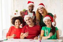 Équipe heureuse célébrant Noël à la fête au bureau Images libres de droits