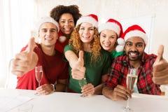 Équipe heureuse célébrant Noël à la fête au bureau Photos stock