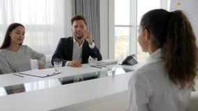 Équipe heureuse d'affaires à la table dans le bureau, rencontrant le secrétaire et le patron dans la salle de réunion, fille dans banque de vidéos