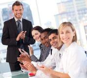 Équipe heureuse d'affaires après une présentation Photographie stock