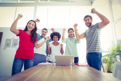 Équipe heureuse d'affaires avec des poings dans le ciel Image stock
