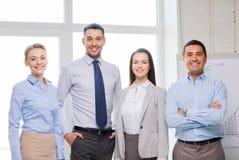 Équipe heureuse d'affaires dans le bureau Photo stock