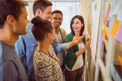 Équipe heureuse d'affaires lors d'une réunion photo libre de droits