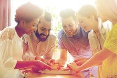 Équipe heureuse d'affaires mangeant de la pizza dans le bureau Photo libre de droits
