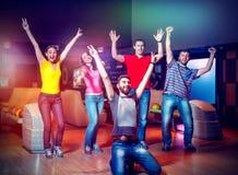 Équipe heureuse dans le bowling Images stock