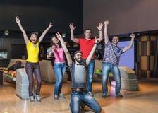 Équipe heureuse dans le bowling Photos libres de droits