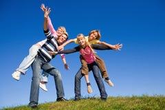 Équipe heureuse de jeunes de rire images libres de droits