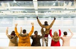 Équipe heureuse de soutien d'amis sur l'arène de patinoire Photo libre de droits
