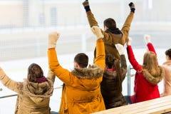 Équipe heureuse de soutien d'amis sur l'arène de patinoire Images stock