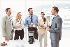 Équipe heureuse de travail pendant le temps de coupure Photo stock