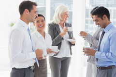 Équipe heureuse de travail pendant le temps de coupure Images stock