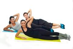 Équipe heureuse des gens de forme physique faisant des exercices photo libre de droits