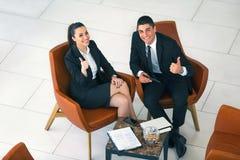 Équipe, homme d'affaires et femme d'affaires de collègue s'asseyant dans l'armchai Photos stock