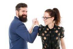 Équipe intense Couplez l'homme de collègues avec la barbe et la jolie femme sur le fond blanc Direction d'associés et image stock