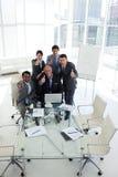 Équipe internationale d'affaires avec des pouces vers le haut Photos libres de droits