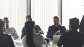 Équipe interraciale d'entreprise d'affaires avec le chef gai lors d'une réunion, fin  banque de vidéos