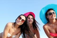 Équipe joyeuse des amis ayant l'amusement à la plage Photos libres de droits