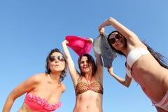 Équipe joyeuse des amis ayant l'amusement à la plage Photographie stock libre de droits