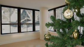 Équipe la main décorent l'arbre de Noël Fond à la maison de pays Arbre de Noël vert Noël décorent En dehors de la fenêtre clips vidéos