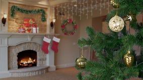 Équipe la main décorent l'arbre de Noël Fond de salon Cercle jaune de boule de sphère Clignotement d'éclat de lueur d'étincelle clips vidéos