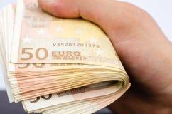 Équipe la main tenant plusieurs 50 euro billets de banque image libre de droits