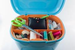 Équipe le fil réglé en plastique de boîte bleue sur le fond blanc Image stock