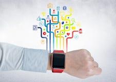 Équipe le poignet avec le smartwatch contre les icônes digitalement produites d'application image libre de droits