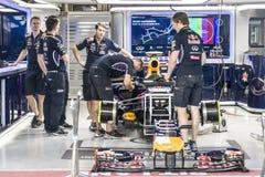 Équipe Lotus de mécanique devant sa boîte Image libre de droits